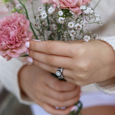 Skin friendly rings to wear and love every day! Brilliance Halo curved together with  Brilliance curved. 🌼   #befriendly #hudvänlig #hudvänligasmycken #madeinsweden #blomdahl #foryouwithcare #skinfriendly #smycken